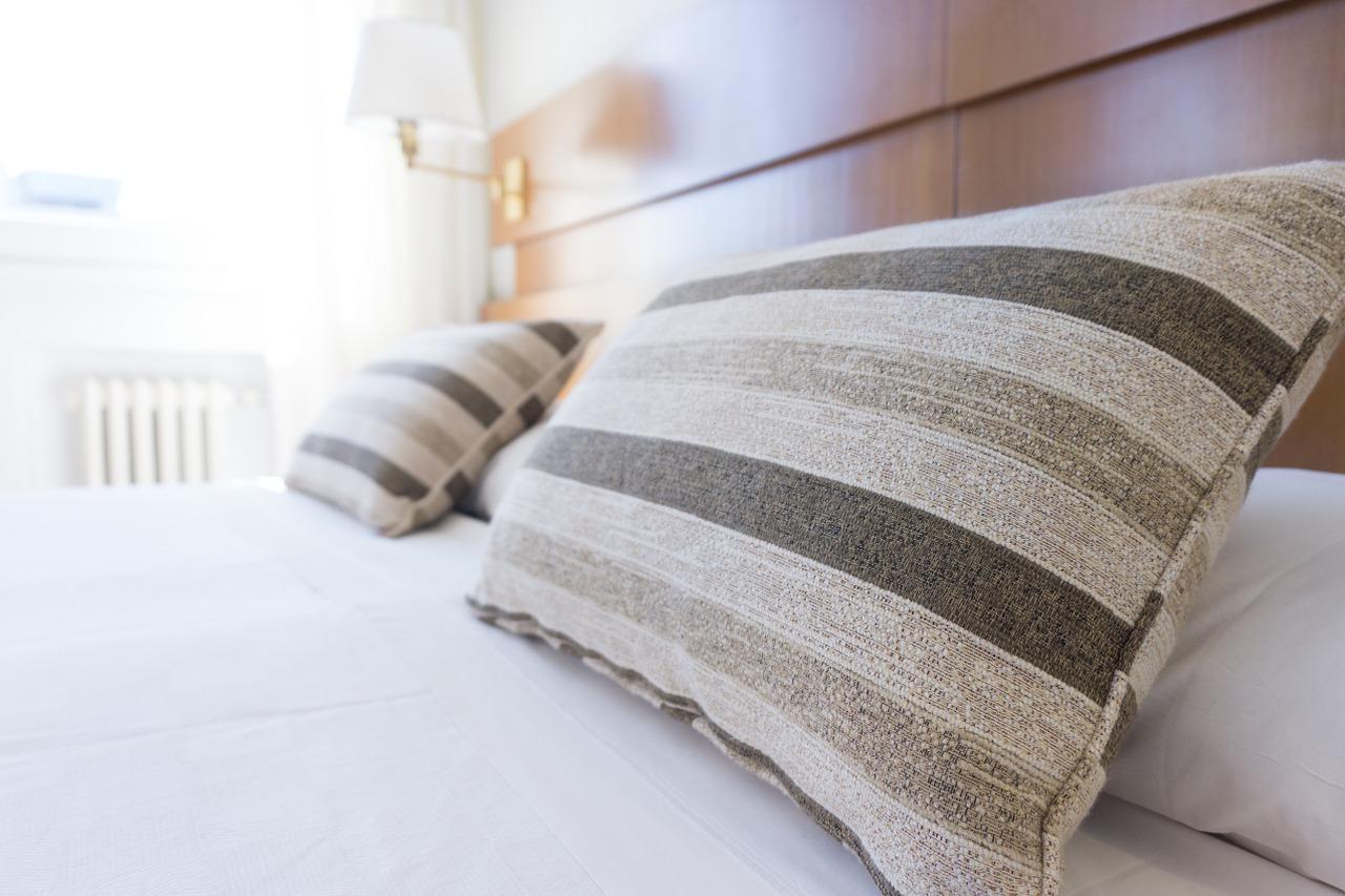 cama hecha con almuadas
